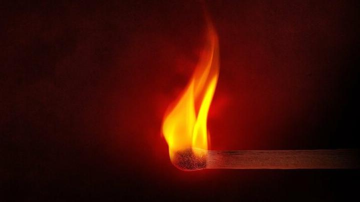 Жительница Маркса случайно подожгла собственный балкон