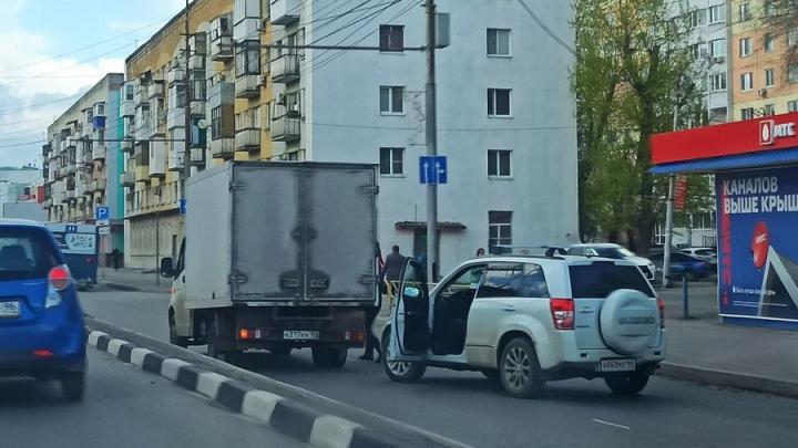 Саратовские водители попали в плен на проспекте Строителей
