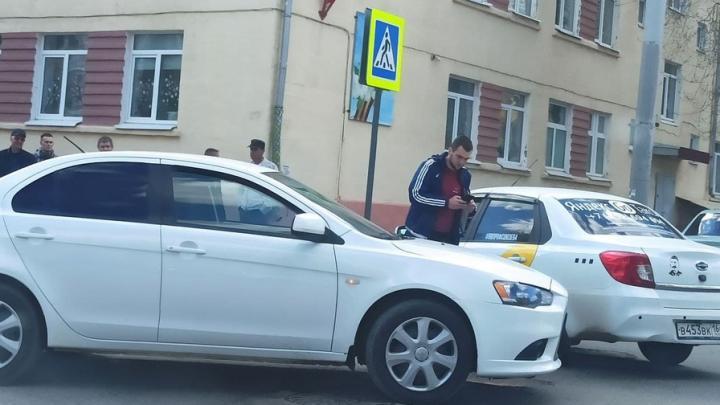 Яндекс-такси и иномарка создали пробку на Большой Казачьей в Саратове