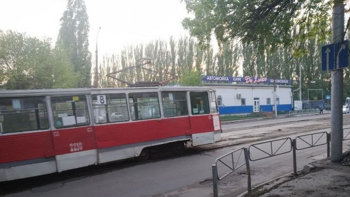 Вагон трамвая сошел с путей у школы № 5 в Саратове