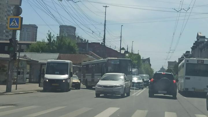 Автобус № 6 столкнулся с иномаркой в самом центре Саратова