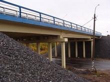 Сообщается о столкновении автомобилей на мосту