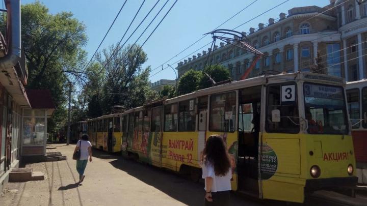 У 10-го корпуса СГУ в Саратове встали трамваи нескольких маршрутов
