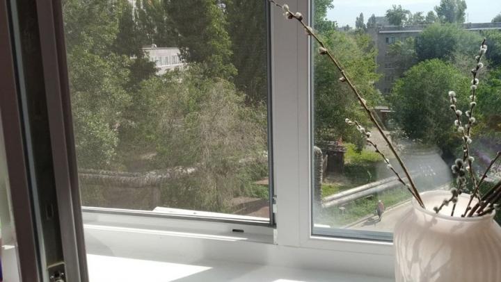Четырехлетний мальчик выпал из окна первого этажа в Саратове и сломал ключицу