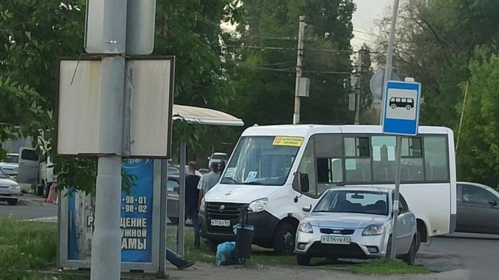 У «Авангарда» в Саратове столкнулись маршрутка с иномаркой