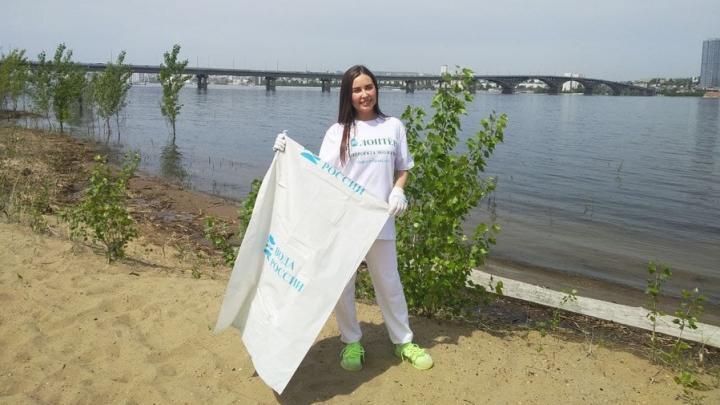 Звезда «Уральских пельменей» Юлия Михалкова собирала мусор на городском пляже в Саратове | ВИДЕО