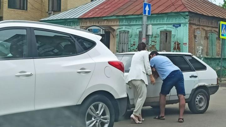 """Hyundai и """"девятка"""" парализовали движение в центре Саратова"""