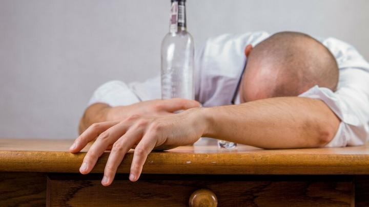 93 саратовца умерли в этом году от отравления этиловым спиртом