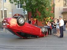 На Мичурина посреди дороги лежит перевернутая иномарка