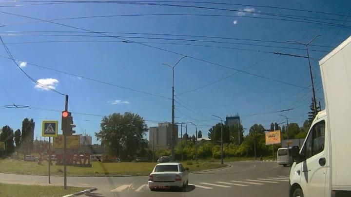Автохам на «Ладе Приора» разъезжает на красный свет в Ленинском районе Саратова |ВИДЕО