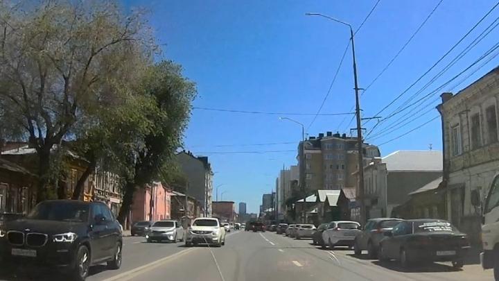 Автохам пересек две сплошные в центре Саратова | ВИДЕО