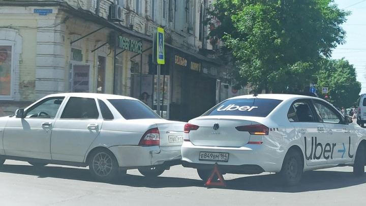 Такси Uber столкнулось с «Ладой Приора» в центре Саратова