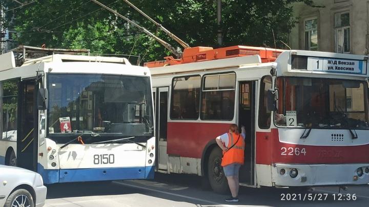 Два троллейбуса запутались в проводах на Чернышевского в Саратове