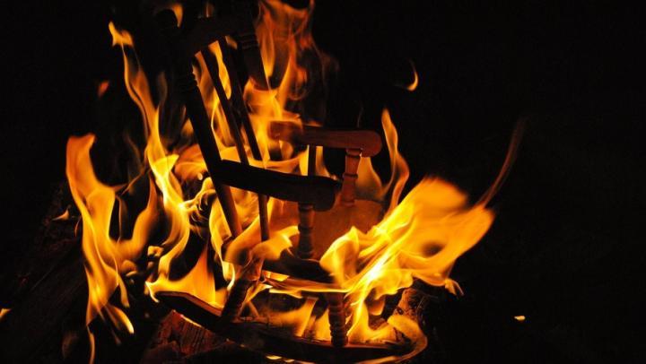 Житель Энгельса пытался потушить кресло и пострадал от огня