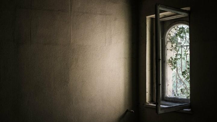 58-летняя пациентка выпала из окна ковидного госпиталя в Саратове