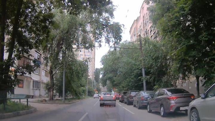 Саратовский таксист выехал на полосу общественного транспорта в центре города
