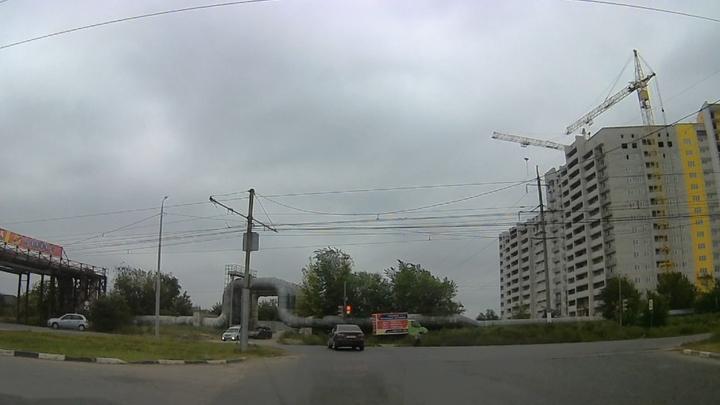 Автохам проехал на «красный» в Солнечном поселке Саратова | ВИДЕО