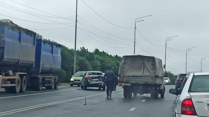 «Лада Веста» сильно помялась в ДТП на Усть-Курдюмском шоссе