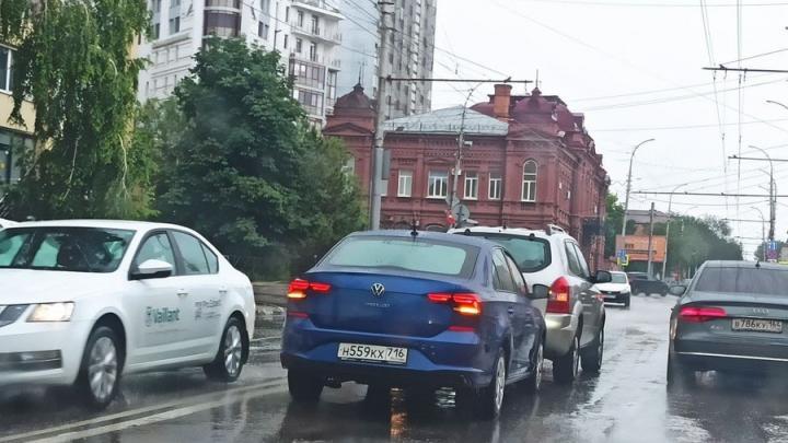 Саратовцы не могут попасть домой из-за двух иномарок на Чернышевского
