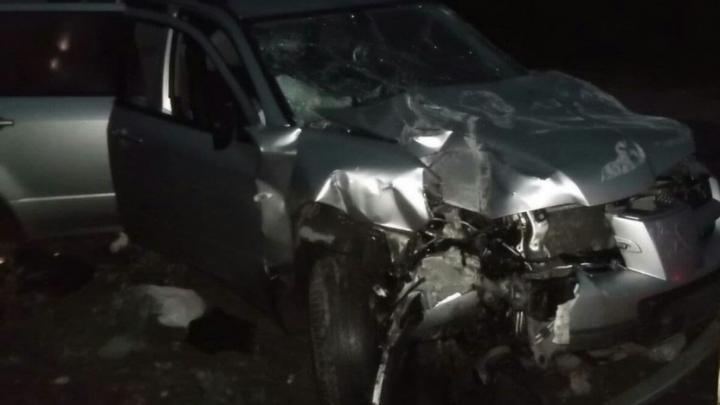 Внедорожник под Энгельсом превысил скорость и врезался в столб: пострадали два человека