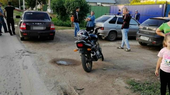 Мотоциклист без прав сбил десятилетнюю девочку в Пугачеве