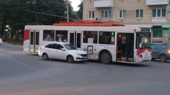 Из-за ДТП на «Стрелке» в Саратове встали три троллейбусных маршрута