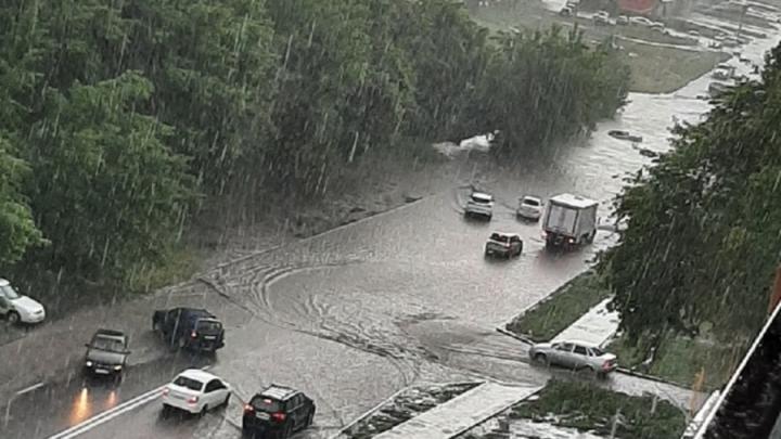 «ВАЗ» утонул на Томской улице и перекрыл проезд