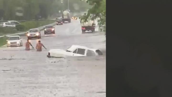 Утонувший автомобиль из Саратова прославился на всю страну | ВИДЕО