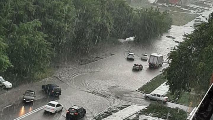Результаты дождя в Саратове: затоплены семь домов и четыре улицы