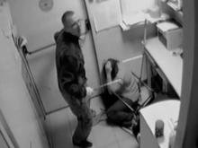 Грабитель избил сотрудниц АЗС арматурой. Видео с камер наблюдения