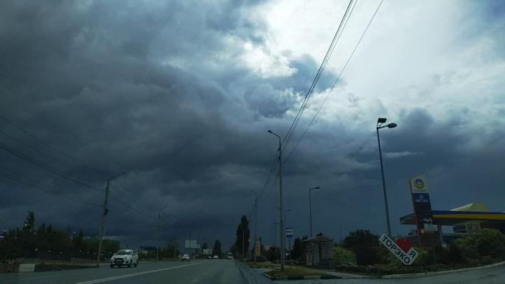 Град, гроза, шквалистый ветер ожидаются в ближайшие два часа в Саратовской области