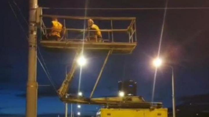 По ночам на мосту Саратов-Энгельс идет подготовка к запуску троллейбуса