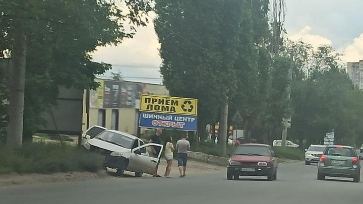 """Молодые люди на """"Ладе"""" врезались в щит на Сокурском тракте"""