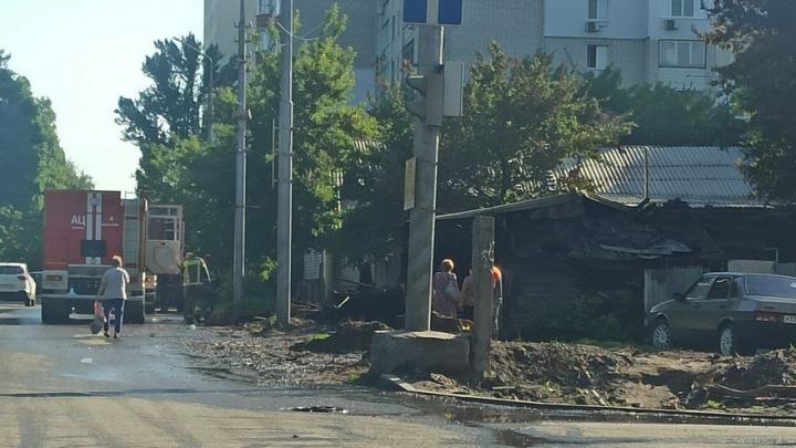 На Астраханской в Саратове полностью выгорел дом