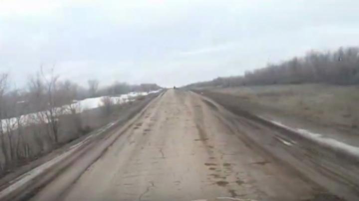 Жители поселка Воробьевка в Заводском районе Саратова пожаловались на отсутствие дороги к участкам многодетных семей