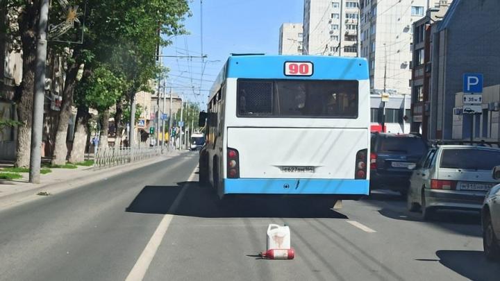 Автобус с иномаркой заблокировали движение на Московской в Саратове