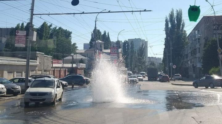 На Чернышевского фонтанирует гейзер