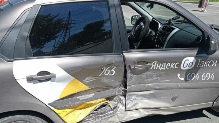 Мужчина пострадал при столкновении с такси в Заводском районе