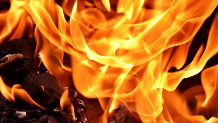 Неизвестные подожгли дом в Самойловском районе