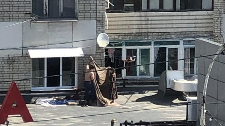 Из-за жары саратовцы строят шатры на крыше магазина