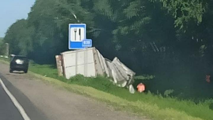 Под Калининском в Саратовской области перевернулась фура