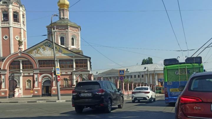 На Музейной площади в Саратове стоят троллейбусы из-за обрыва проводов