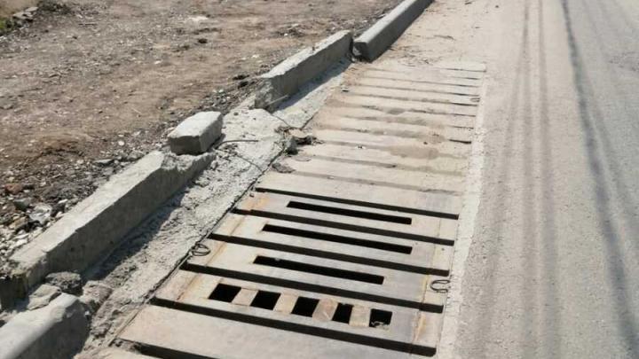 """Ливневку на Хользунова залили бетоном: """"Нам приказали все дыры закрыть"""""""