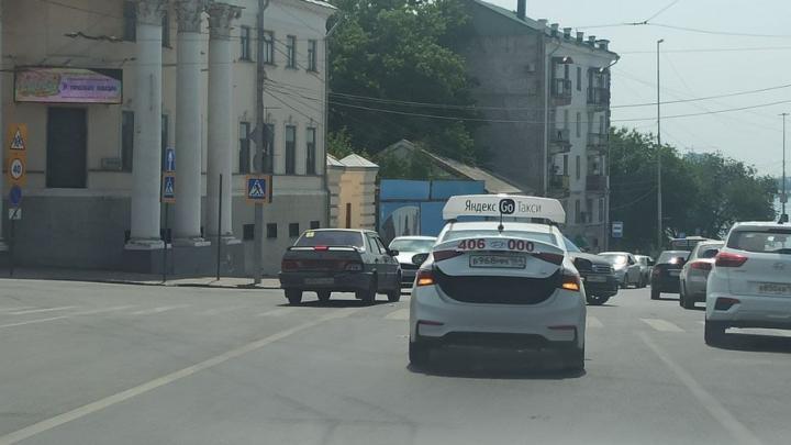 Два автомобиля «Яндекс Такси» столкнулись на Московской