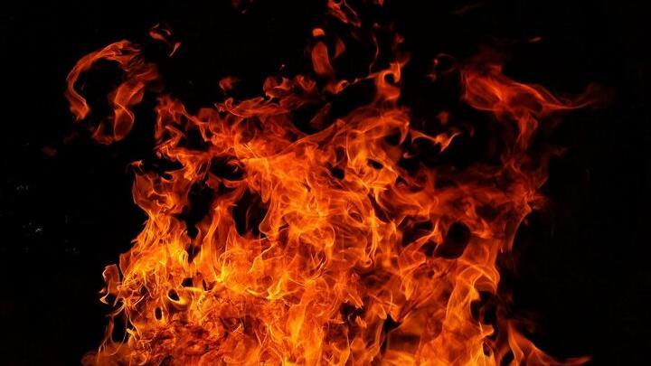 В Ленинском районе Саратова сгорел строительный вагончик