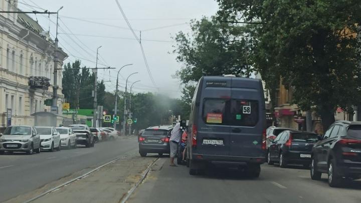 Пассажиры 58-й маршрутки попали в ДТП и не смогли доехать до Крытого рынка