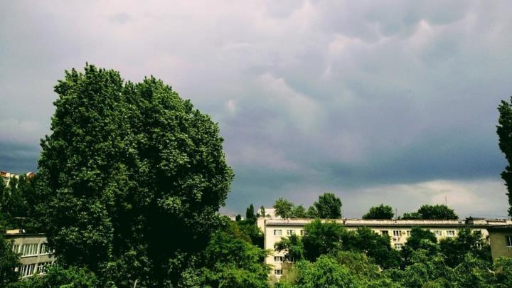 Гроза и шквалистый ветер пришли в Саратов