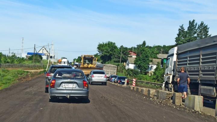 Зерновоз перекрыл трассу на Балашов в месте дорожного ремонта