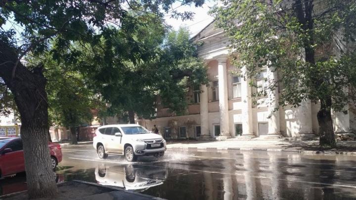 Вода заливает улицу Чернышевского в Саратове из трещины в проезжей части