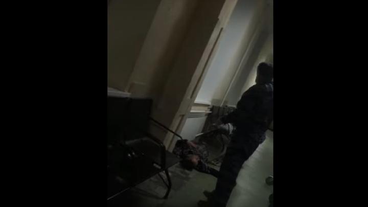 Медики из Энгельсской больницы уложили инвалида спать на полу и двигали его тело ногами